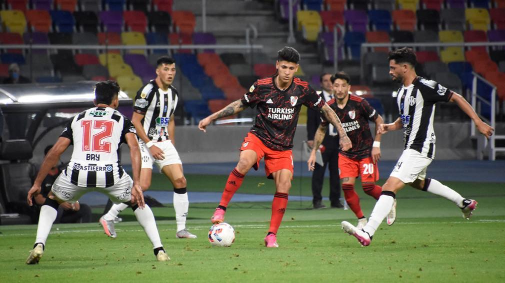 En un partidazo, River venció a Central Córdoba y sigue prendido en el campeonato