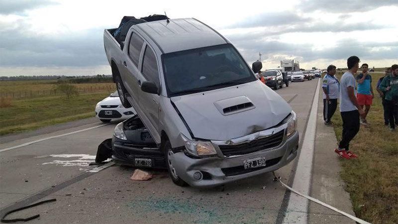 Espectacular choque: una camioneta terminó arriba de un auto