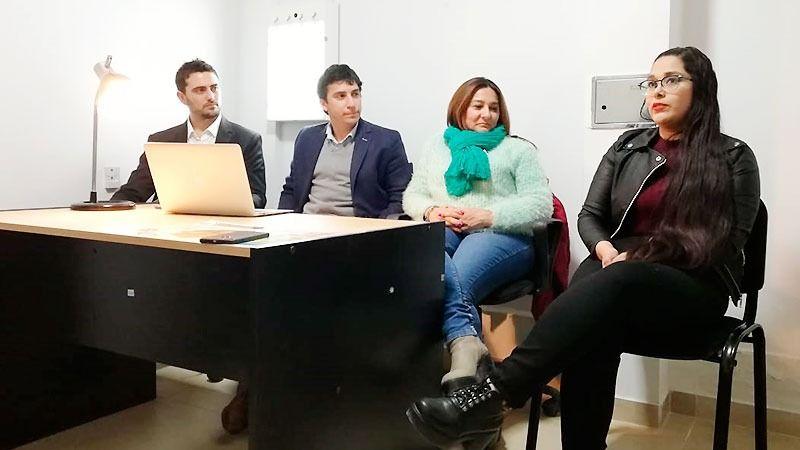 Los Dres. Cerioni, Carabajal y Trejo escuchan atentamente el testimonio de Natalia, una paciente operada y asistida por el equipo médico de CAIRO.