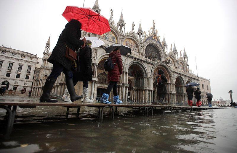Venecia se inunda por 'acqua alta', la mayor crecida desde 1966