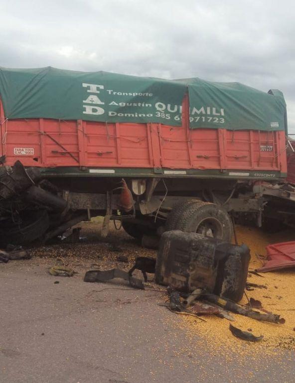 Choque frontal de camiones se cobra la vida de una persona