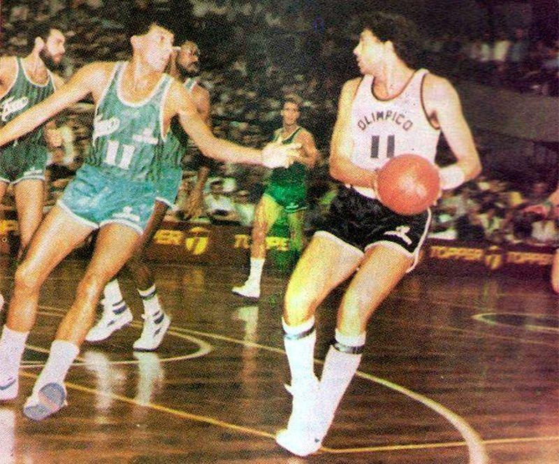 Gustavo Gómez ante Miguel Cortijo en el debut de Olímpico ante Ferro.