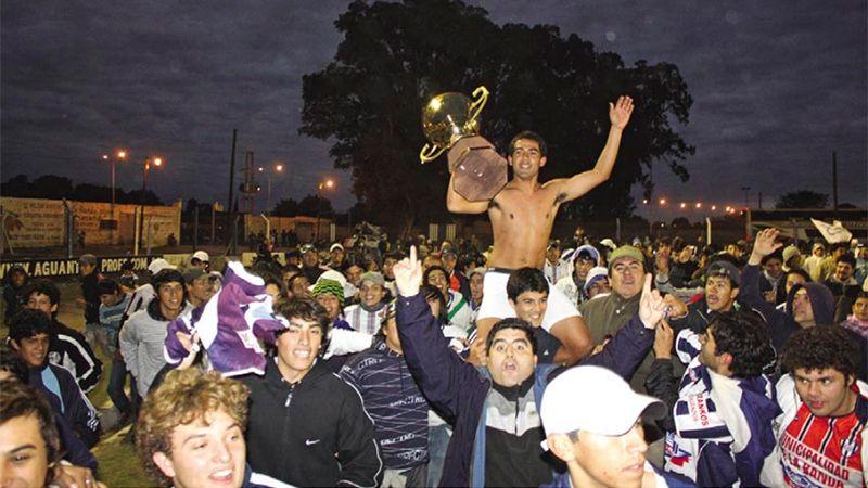 Los hinchas invadieron el campo de juego. Foto: Pasión y Deporte.