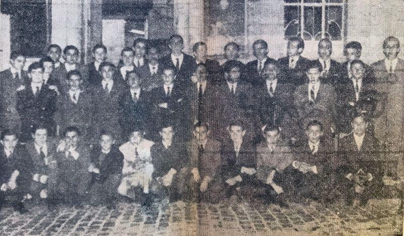 El primera equipo de rugby de Santiago Lawn Tennis, en la vereda del diario El Liberal.