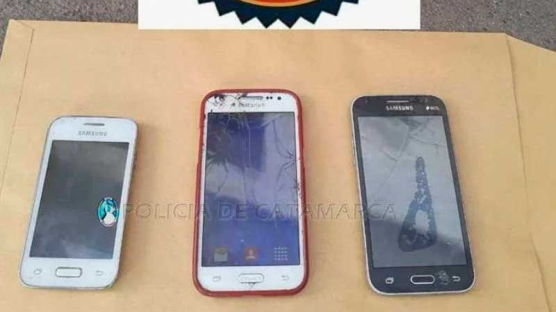 Los celulares secuestrados por la policía.