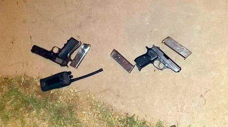 Las armas secuestradas junto a la portátil con frencuencia de la policía.