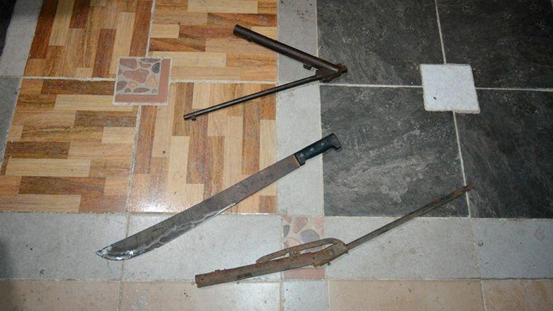 En el lugar se secuestraron armas de fabricación casera, réplicas y machetes.
