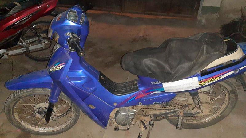 El joven guardaba los cigarrillos en el habitáculo de la moto.