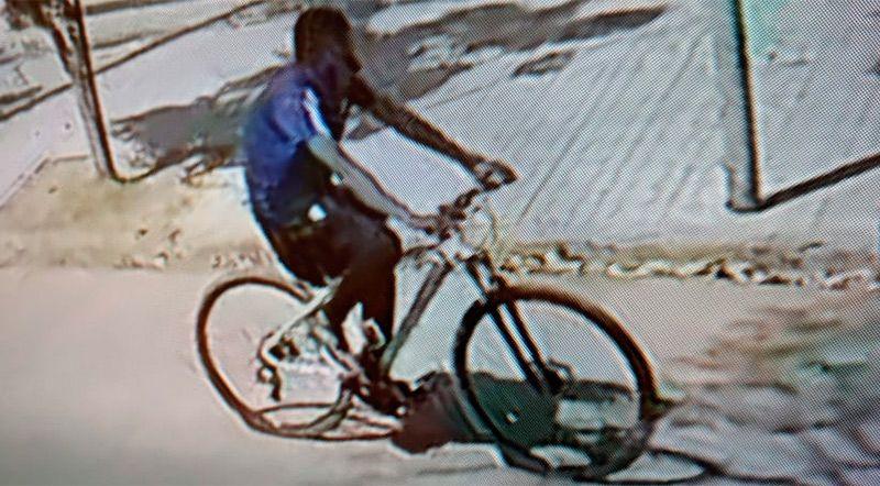 El delincuente escapando con la bicicleta. Foto: captura de video