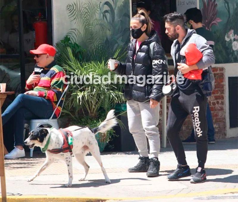 Jimena Baron y el Tucu Lopez paseando junto a Elvis.