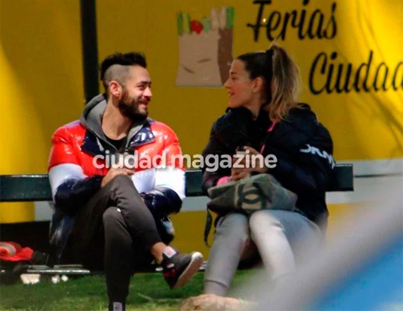 Jimena Barón y el Tucu Lopez, charlando en una plaza.