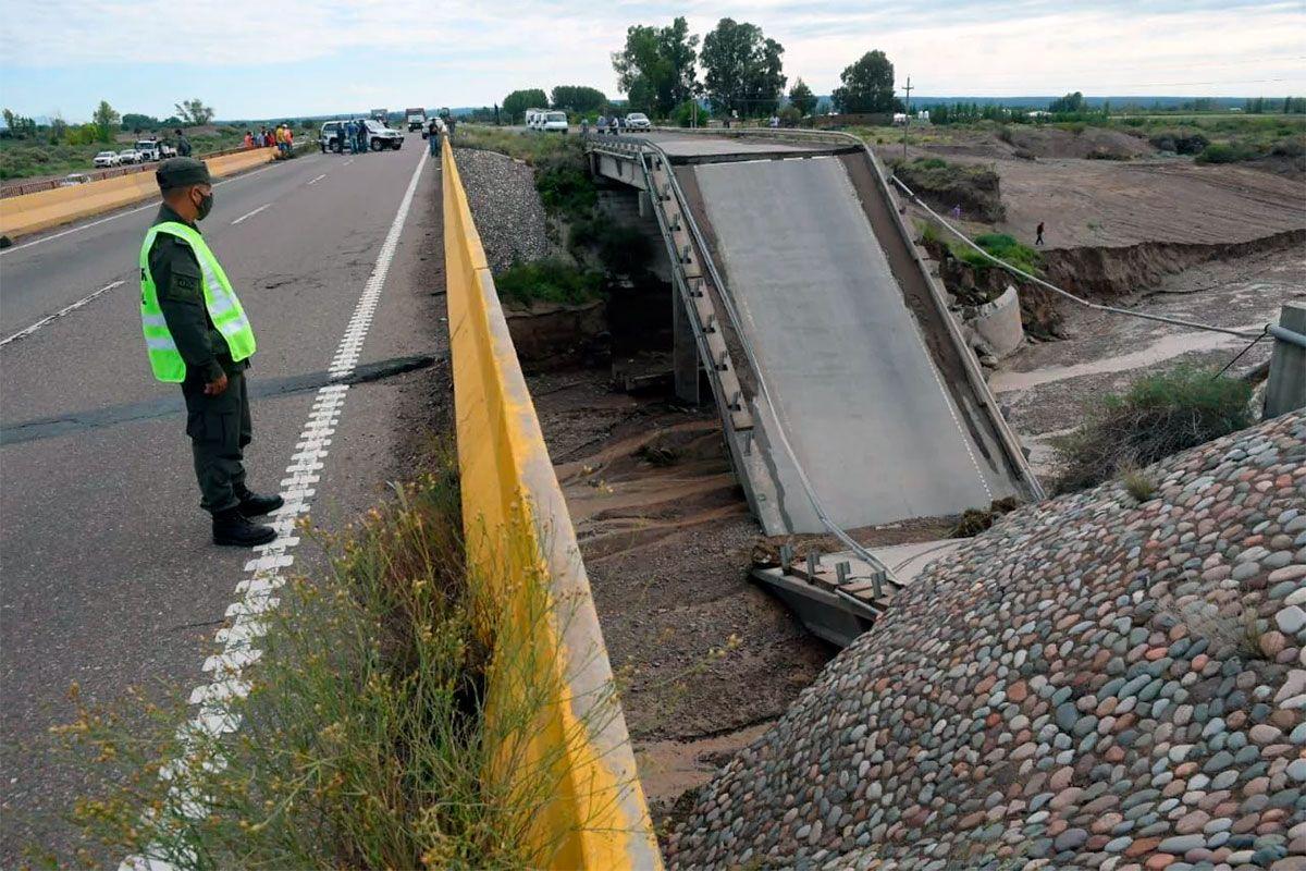 Se partió al medio un puente sobre la Ruta 40 — Mendoza