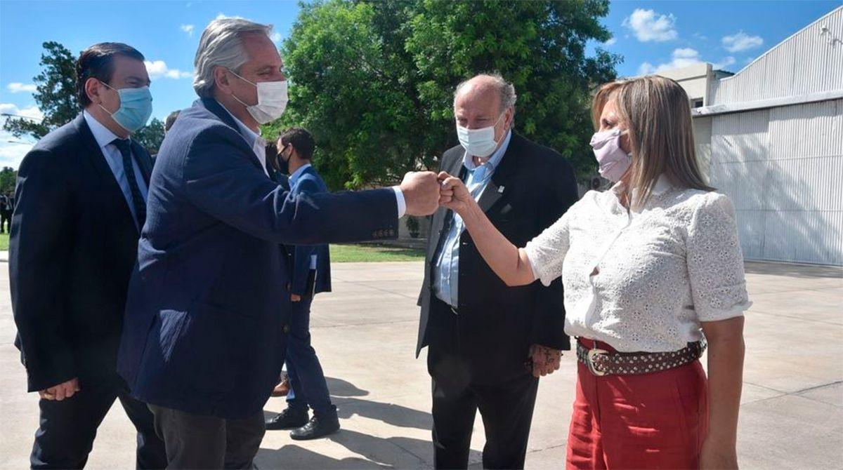 Alberto Fernandez saluda a la intendenta Norma Fuentes