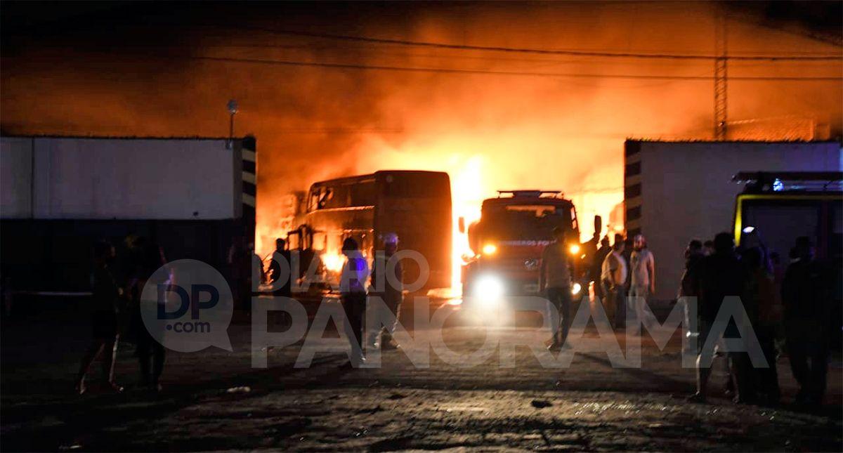 El fuego afectó al menos a cinco micros de media distancia Foto: Nicolás Lescano - Diario Panorama.