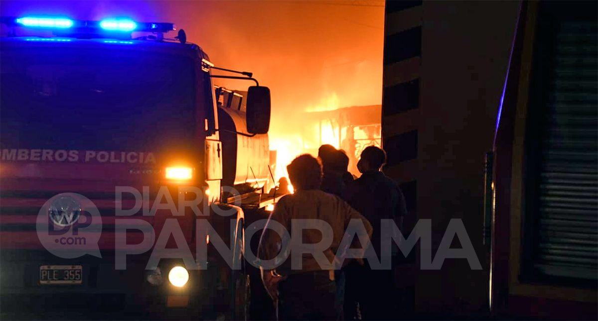 Cuatro dotaciones de bomberos trabajaron para evitar que las llamas se propaguen por el predio. Fotos: Nicolás Lescano - Diario Panorama